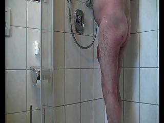Tiempo caliente de la ducha del papá