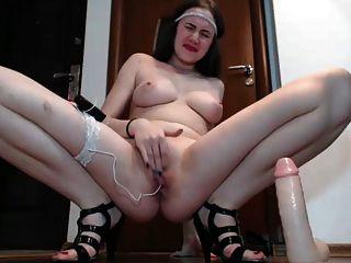 Mujer joven teases y dedos su coño hasta que ella chorros