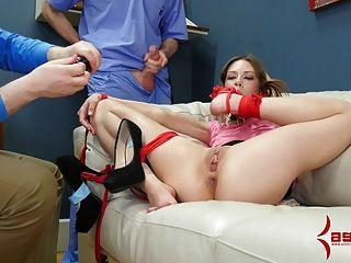 Alexa nova gags en su propio pie y hace culo a la boca
