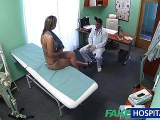Fakehospital impresionante rubia quiere doctores gallo en ella