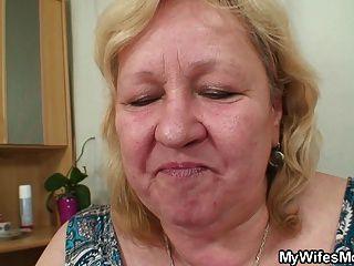 Esposa ve enorme madre en la ley monta su polla