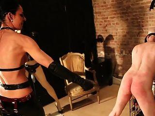 Esclavo penetrado por la señora y su muñeco de ventana