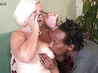 Abuela blanca folla negro chico flaco