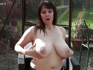 image Gran abuela breasted jugando con ella
