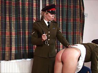 Chica militar castigada