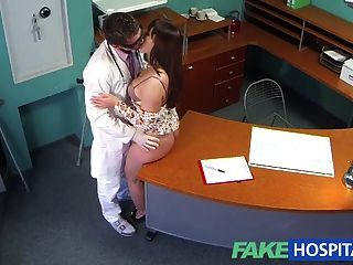 Los doctores del hospital de fakehospital inyectan los pacientes curvy bac