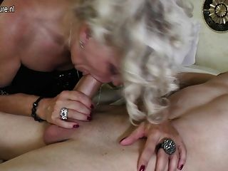 Madre madura toma polla joven como puta real