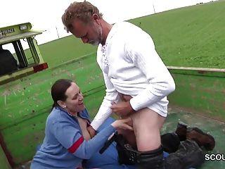 Madre de milf alemana seduce a la mierda al aire libre por extraño