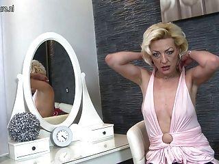 Madura rubia mamá jugando con su coño mojado
