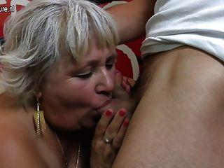 Vieja abuelita folla joven chico afortunado