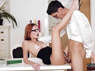 Sexy susana está inclinado sobre su escritorio de oficina