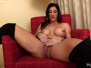 El músculo femenino desnudo juega con su gran clítoris