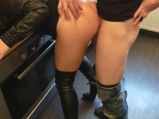 Cuero sexo en la cocina