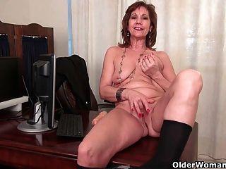 Mujer de negocios se masturba en pantyhose