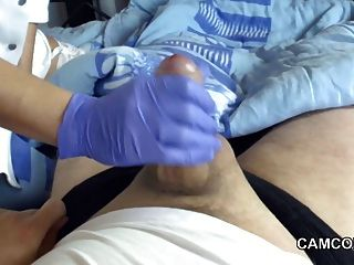 Enfermera de milf alemana dar sensual handjob a joven paciente