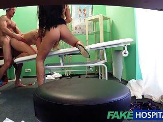 El doctor del fakehospital está para arriba para un trío atractivo