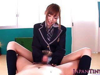 Pequeña japonesa schoolgirl pov wanks y chupa una polla