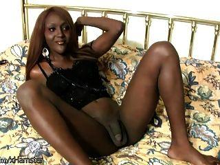 Culo ebony dobladillo shemale da mamada y handjob en pov