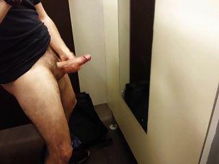 Str8 everett masturbándose en el vestuario