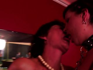 Kinky abuelita obtiene carne joven en club privado