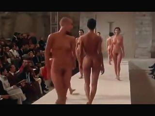 Desfile de moda desnudo redux pret a porter