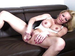 Mamá caliente caliente de la guarra con los boobs grandes y el coño sediento