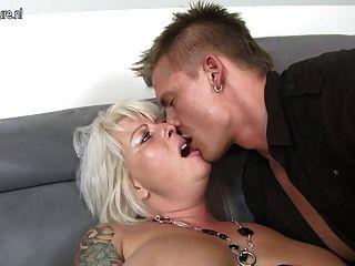 Encantadora esposa y mamá fuck young boy