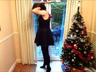 Alison en botas de muslo masturbándose bajo el árbol de navidad