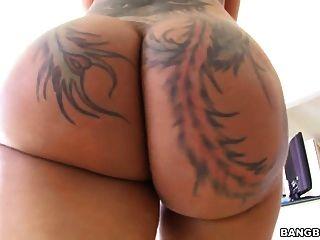 Bella bellz toma polla negra en su culo grande