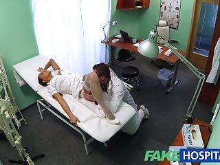 Fakehospital sexy nueva enfermera le gusta trabajar para su nuevo jefe