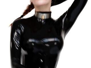 Chica caliente en catsuit y tacones asesinos