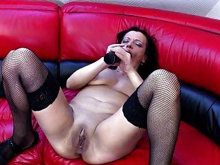 Vieja madre sucia con coño muy sediento