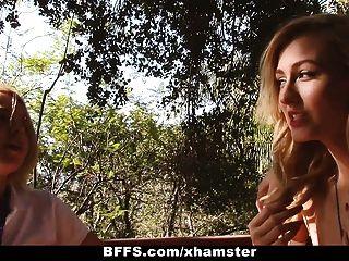 Los consejeros del campamento de verano de bffs registran una orgía lesbiana
