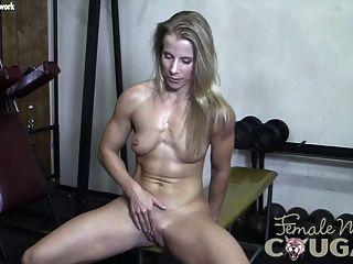 Puma muscular juega con su coño mojado