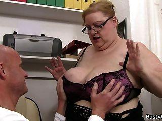 Doggystyling enorme titted secretaria en las escaleras