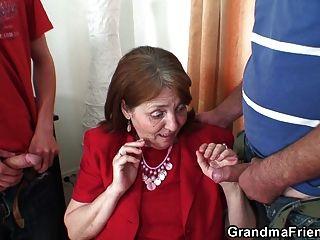 La abuelita muy vieja la toma de ambos extremos