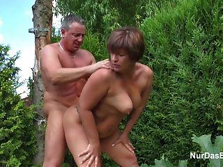 Madre seduce joven alemán para follarla en el jardín