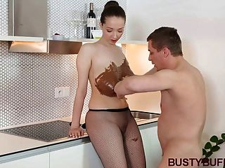 Busty buffy cubierto de chocolate y titty follada