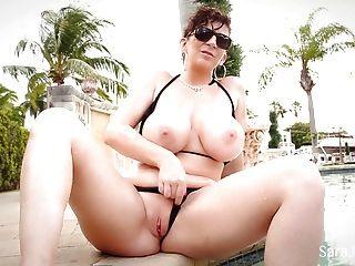 Sara jay muestra sus grandes tetas increíbles en bikini diminuto