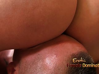 Alta cúpula sentado en la cara y obtiene soplando orgasmo