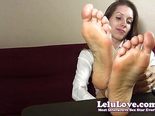 Secretaria teases y taunts usted con sus pies descalzos y soles