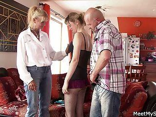 Mamás enseñando a los adolescentes en trío
