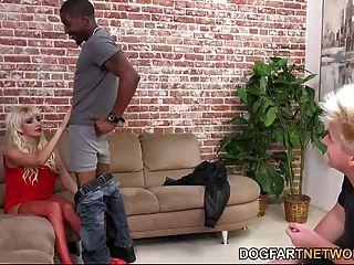 Natasha juja folla a un hombre negro delante de no su hijo de paso