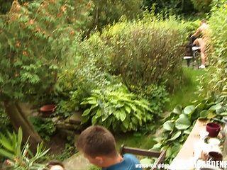 Orgía sexual al aire libre durante la fiesta de jardín