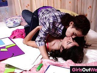 Cute peludo lesbianas teenies dedo uno al otro