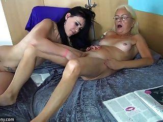 Oldnanny joven y bastante madura masturbándose juntos