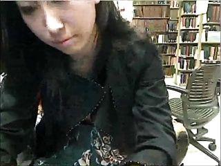 Pausa de estudio en la biblioteca