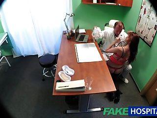 Médico fakehospital curas sexy paciente con una polla pesada