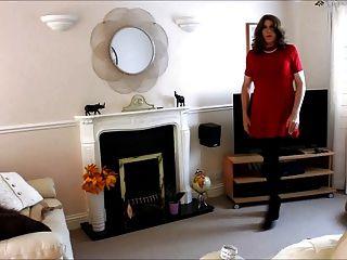 Alison en su vestido rojo y pantyhose más spunk