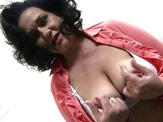 Mamá de pecho grande muy mojada